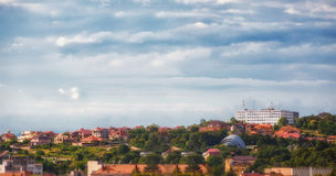 城市Uzhgorod的看法,位于横过喀尔巴阡山脉 免版税库存图片