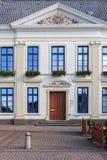 城镇厅与金黄装饰品的Esens入口 库存照片