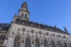 城镇厅和它的在花的钟楼在法国 免版税图库摄影