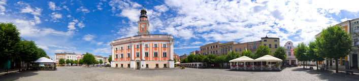 城镇厅和正方形在莱什诺,波兰 免版税库存图片