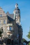 城镇厅在好天气的雷姆沙伊德在晚上太阳 免版税库存照片
