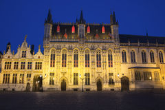 城镇厅在布鲁日在晚上(比利时) 免版税库存图片