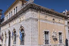 城镇厅在科孚岛市忽略其中一个老镇的最美好的广场 免版税库存图片