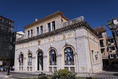 城镇厅在科孚岛市忽略其中一个老镇的最美好的广场 图库摄影