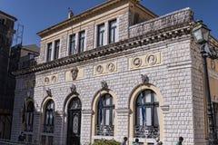 城镇厅在科孚岛市忽略其中一个老镇的最美好的广场 库存照片