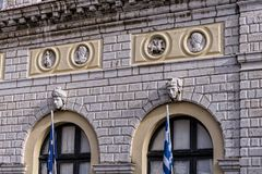 城镇厅在科孚岛市忽略其中一个老镇的最美好的广场 库存图片