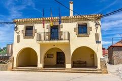 城镇厅在西班牙村庄 免版税图库摄影