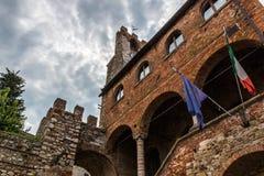 城镇厅的前面在苏韦雷托,托斯卡纳,意大利 免版税库存图片