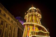城镇厅的看法和慌张地在诺丁汉圣诞节市场在老中央集市广场,诺丁汉,诺丁汉郡上- 免版税库存照片