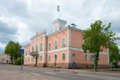 城镇厅的老大厦阴沉的6月下午的 Lovisa 库存照片