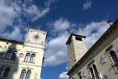 城镇厅的黄色大厦和民事塔在贝卢诺 免版税库存照片