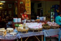 城镇可汗,泰国- 2014年12月31日:卖主早餐为顾客做准备 库存图片