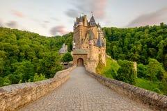 城镇Eltz城堡在日落的莱茵河流域巴列丁奈特 库存照片