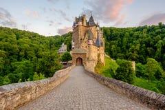 城镇Eltz城堡在日落的莱茵河流域巴列丁奈特 库存图片