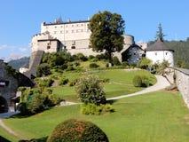 城镇Hohenwerfen -中世纪设防- Hohenwerfen城堡- 11世纪- Werfen -萨尔察赫河谷奥地利镇  图库摄影