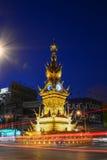 城镇RAI-DEC 17 :光在街道上落后在金黄钟楼附近,在2008年建立由泰国视觉艺术家Chalermchai Kositpi 库存照片
