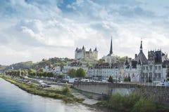 城镇Saumur视图从卢瓦尔Valley,法国的 免版税库存图片