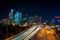 费城,宾夕法尼亚地平线在从高速公路上的晚上 库存图片