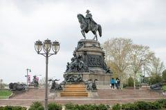 费城,美国- 2013年6月12日:乔治・华盛顿纪念碑在费城 雕象在1897年设计的由吕多尔夫 库存照片