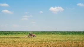 域红色拖拉机麦子 免版税库存图片