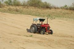 域红色拖拉机 免版税库存照片