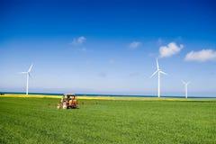 域绿色喷洒的拖拉机 免版税库存照片