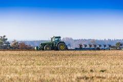 域耕的拖拉机 图库摄影