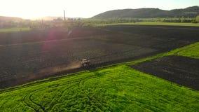域耕 犁农田的农业拖拉机 股票视频