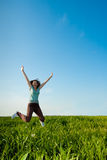 域跳的妇女年轻人 免版税库存照片