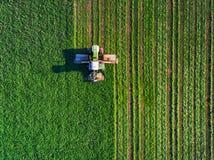 域绿色割的拖拉机 免版税库存图片