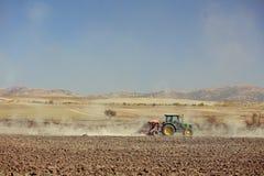 培养土壤领域的拖拉机 库存图片