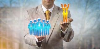 培养在工作者小组的欢呼的男性雇员 免版税库存照片