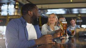 培养杯啤酒的多种族朋友,庆祝体育队的成功 股票录像