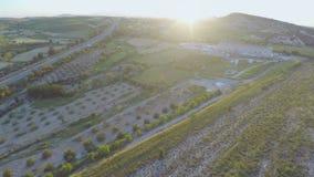 培养的耕地剧情空中射击  在现代高速公路的活跃交通 股票视频