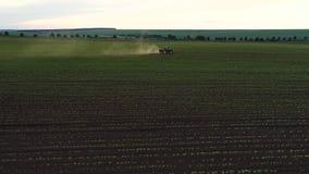 培养领域的拖拉机在春天,空中日落视图 股票视频