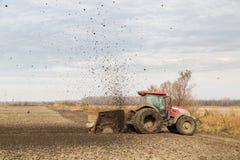 培养领域的拖拉机的空中射击在春天 免版税图库摄影