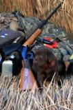 培训关于狩猎的一条小狗拉布拉多狗 免版税图库摄影