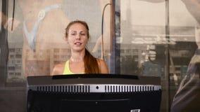培训在体操方面 做在走的轨道的年轻运动妇女心脏锻炼在健身房 活跃生活概念 4K 影视素材