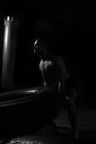 培养在健身房的男性运动员轮胎 库存照片