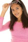 培养太阳镜的逗人喜爱的肤色黝黑的女孩画象 免版税图库摄影