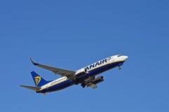 培养它的飞机脚架的瑞安航空公司飞行 免版税库存照片