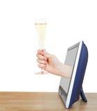 培养玻璃用香槟的手倾斜电视 库存图片