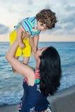 培养由天空决定她的男孩的母亲 免版税图库摄影