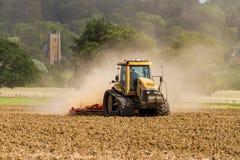 培养英国庄稼领域的现代挑战者拖拉机 免版税库存照片