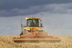 培养英国庄稼领域的现代挑战者拖拉机 免版税图库摄影