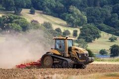 培养英国庄稼领域的现代挑战者拖拉机 库存图片