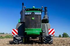 培养英国庄稼领域的现代约翰Deere caterpilla拖拉机 图库摄影