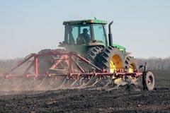 培养领域的农业拖拉机 库存照片
