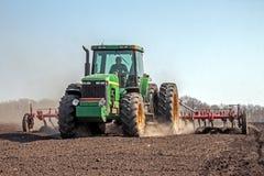 培养领域的农业拖拉机 图库摄影