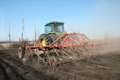 培养领域的农业拖拉机 免版税图库摄影